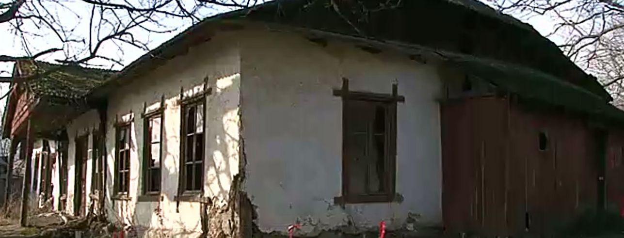 În fotografie: Școala de la Pîrjolteni, construită în 1858